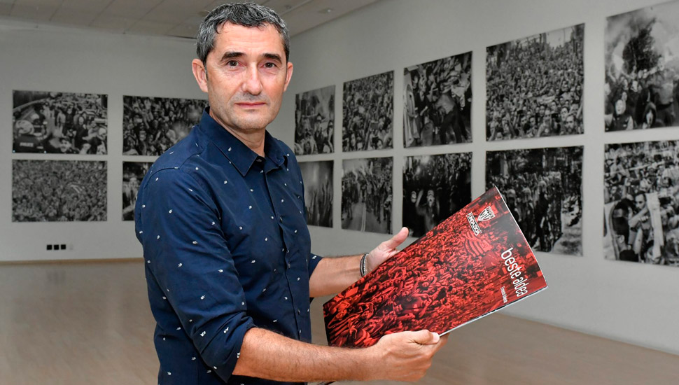 Ernesto Valverde with the catalogue of the exhibition